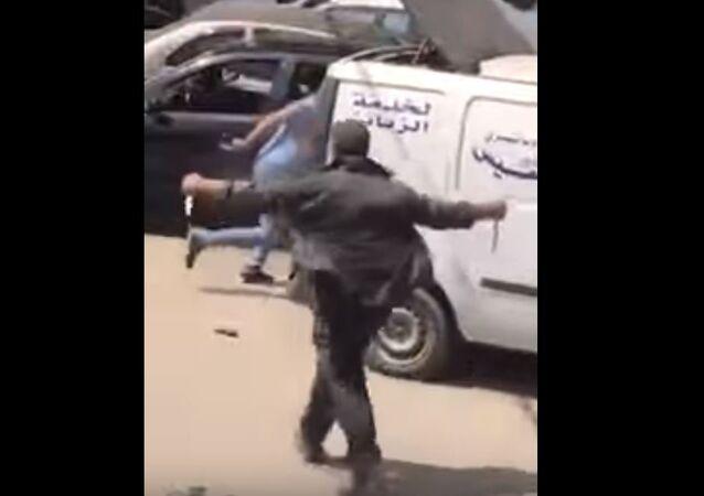 رجل يحمل سكينا في بيروت