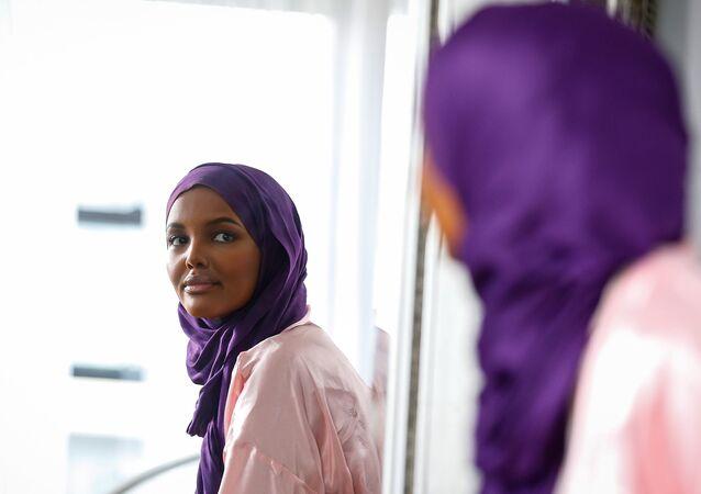 حليمة عدن أول عارضة أزياء عالمية محجبة بطلة  مجلة فوغ