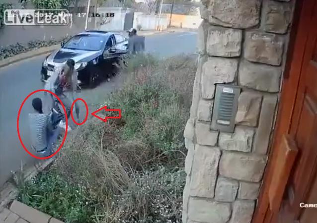 فتاة شجاعة تقاوم لصان مسلحان حاولا سرقة حقيبتها