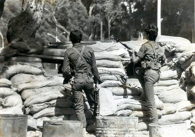 مقاتلين من جمول أمام متاريس في بيروت
