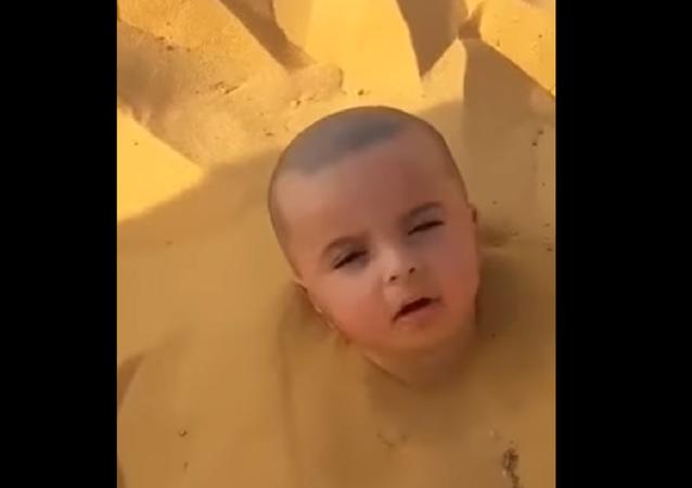 فيديو دفن رضيع في الرمال من قبل والده يثير ضجة على السوشال ميديا