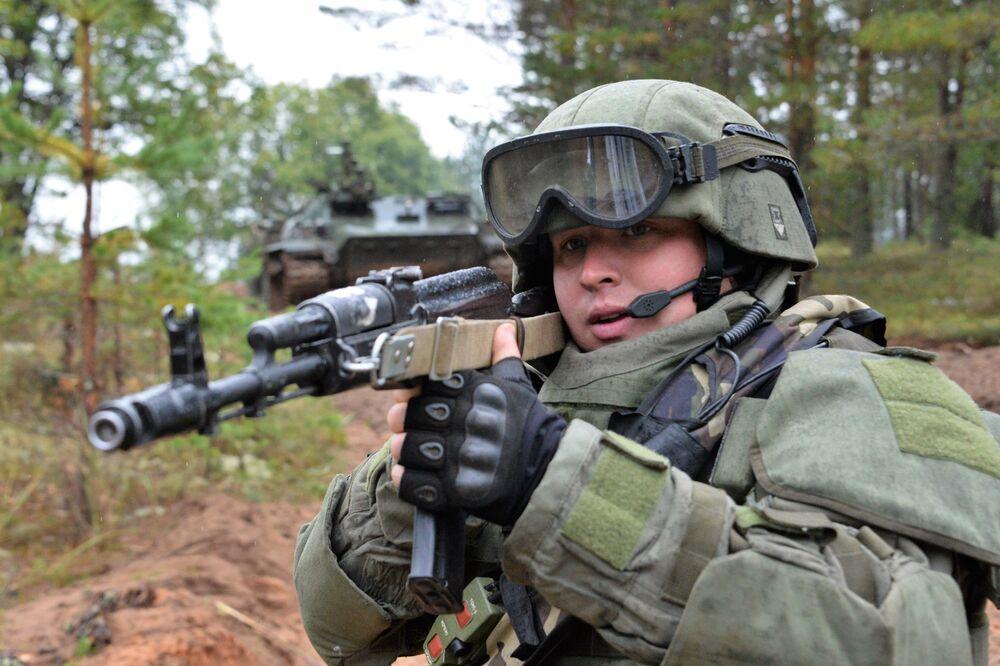 جندي من وحدة الهندسة الهجومية  للقوات المسلحة الروسية خلال المناورات الاستراتيجية المشتركة للقوات المسلحة الروسية والبيلاروسية.