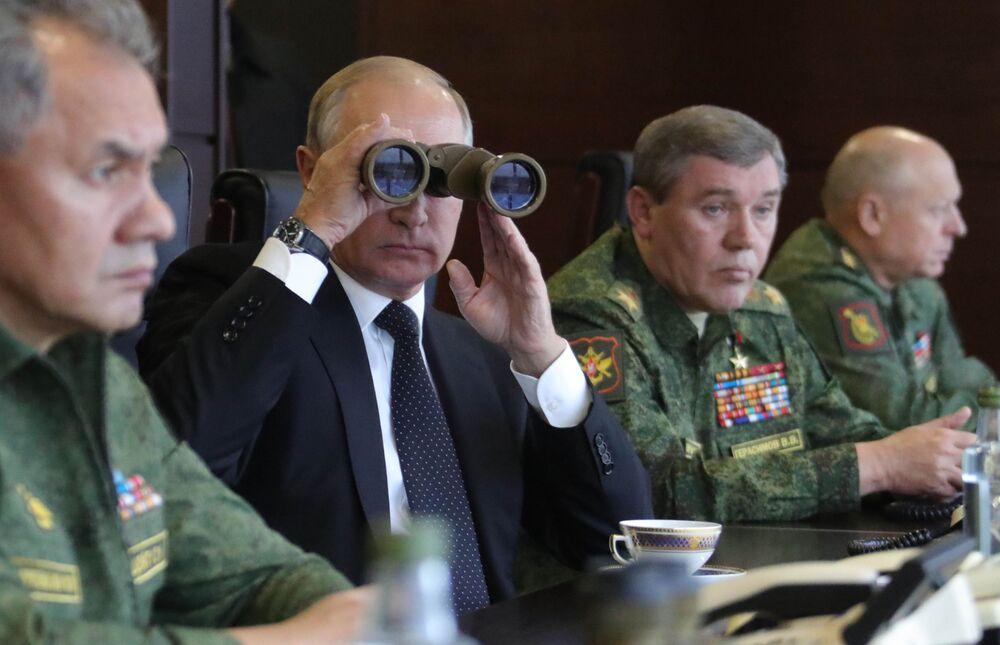 رئيس روسيا فلاديمير بوتين أثناء مراقبة أعمال القوات المسلحة الروسية والبيلاروسية