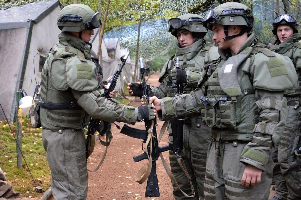 جنود القوات المسلحة الروسية أثناء المناورات الاستراتيجية المشتركة الروسية والبيلاروسية في موقع اختبار لوغا في منطقة لينينغراد