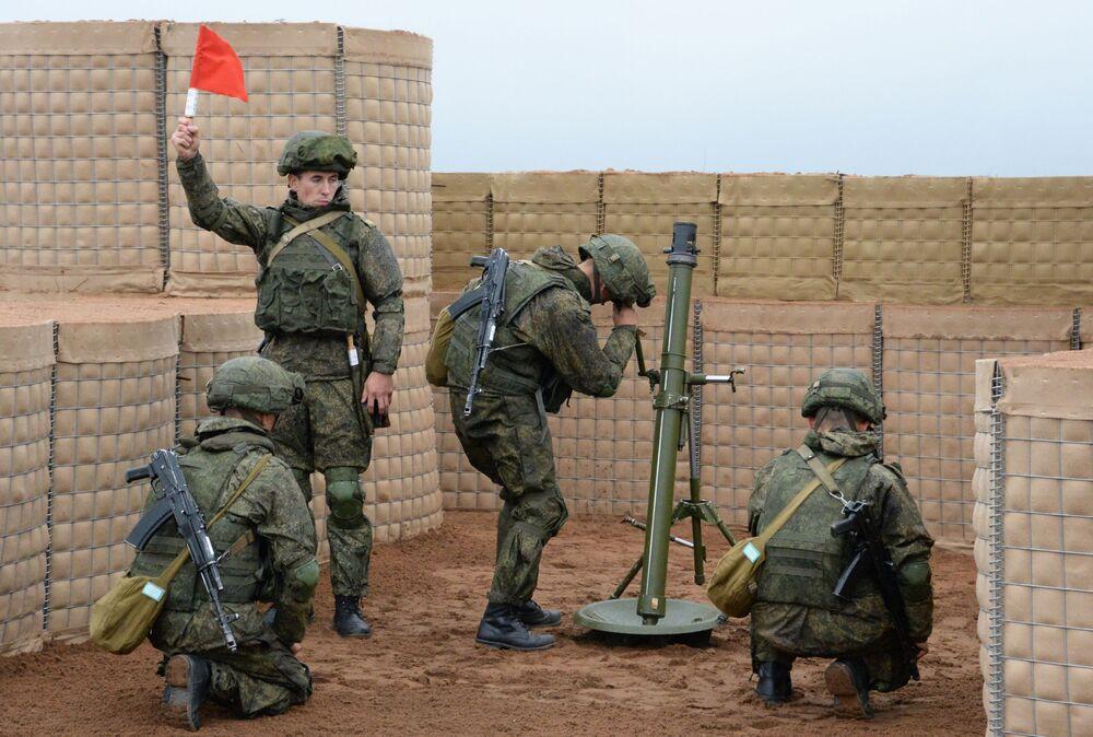 طاقم الهاون التابع للقوات المسلحة الروسية خلال المناورات الاستراتيجية المشتركة بين روسيا وبيلاروسيا في موقع اختبار لوغا في منطقة لينينغراد