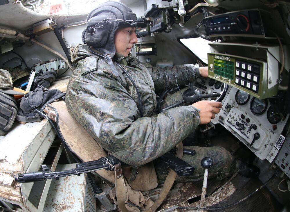 سائق ميكانيكي ب م ب-2 خلال تمارين تكتيكية للبندقية الآلية لأسطول البلطيق في إطار التدريبات الاستراتيجية زاباد -  2017.