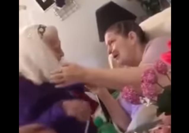 عجوز تزور ابنتها المريضة ذات الـ76 سنة