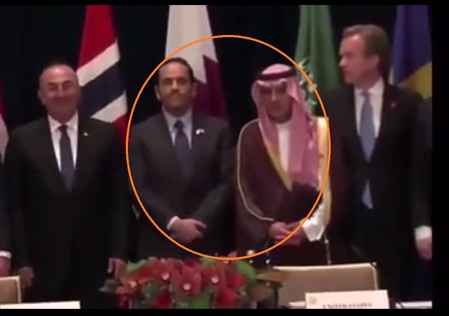 وزير الخارجية القطري يتعرض لموقف محرج من نظيره السعودي