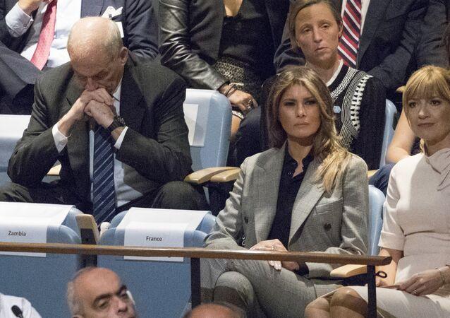 كبير موظفي البيت الأبيض والوزير السابق للأمن الداخلي في الولايات المتحدة جون كيلي، وزوجة الرئيس الأمريكي دونالد ترامب