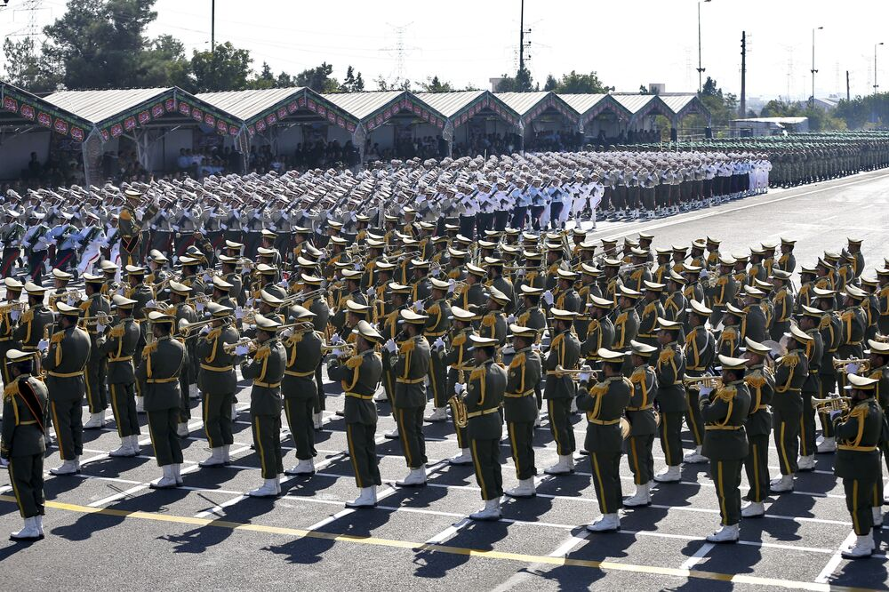 العرض العسكري بمناسبة الذكرى الـ 37 للحرب بين إيران والعراق في طهران