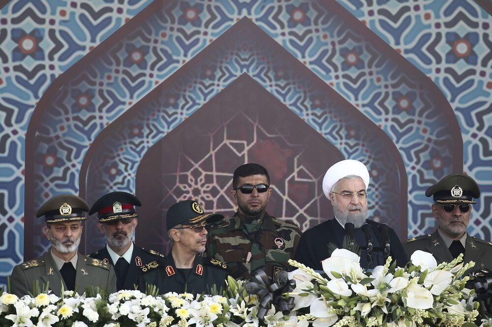 الرئيس الإيراني حسن روحانى يلقي كلمة في العرض العسكري بمناسبة الذكرى الـ 37 للحرب بين إيران والعراق في طهران