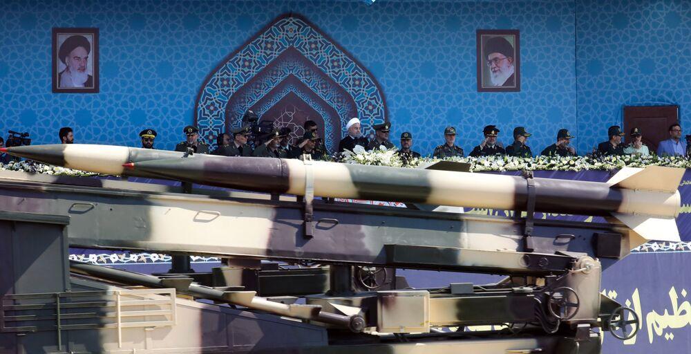 صواريخ زلزال متوسطة المدى في العرض العسكري في طهران، إيران