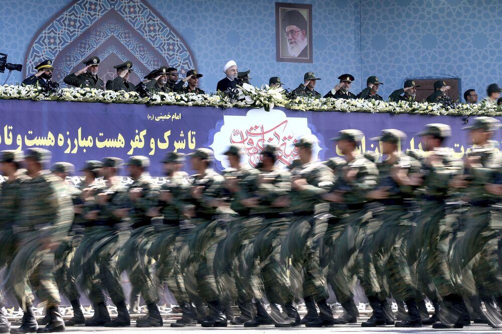 المشاركون في العرض العسكري بمناسبة الذكرى الـ 37 للحرب بين إيران والعراق في طهران