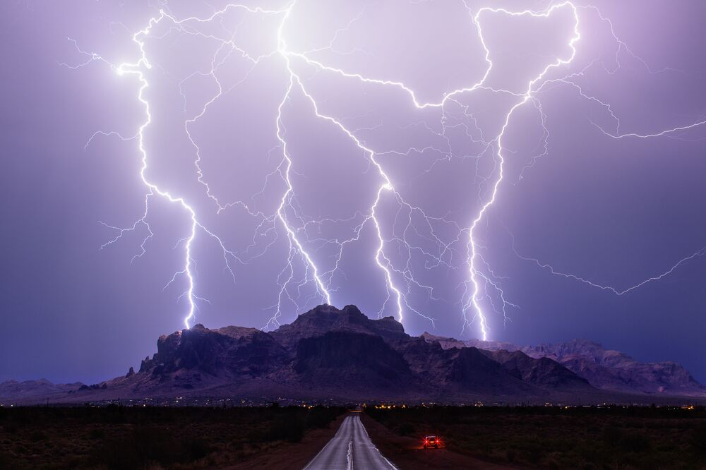 لقطة سوبر سترايك من المصور مايك أولبينسكي، الذي فاز في مسابقة مصور الطقس لعام 2017