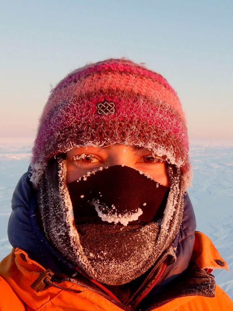 الابتسامة المتجمدة للمصورة، أمي فالاش، التي دخلت في نهائيات مسابقة مصور الطقس لعام 2017
