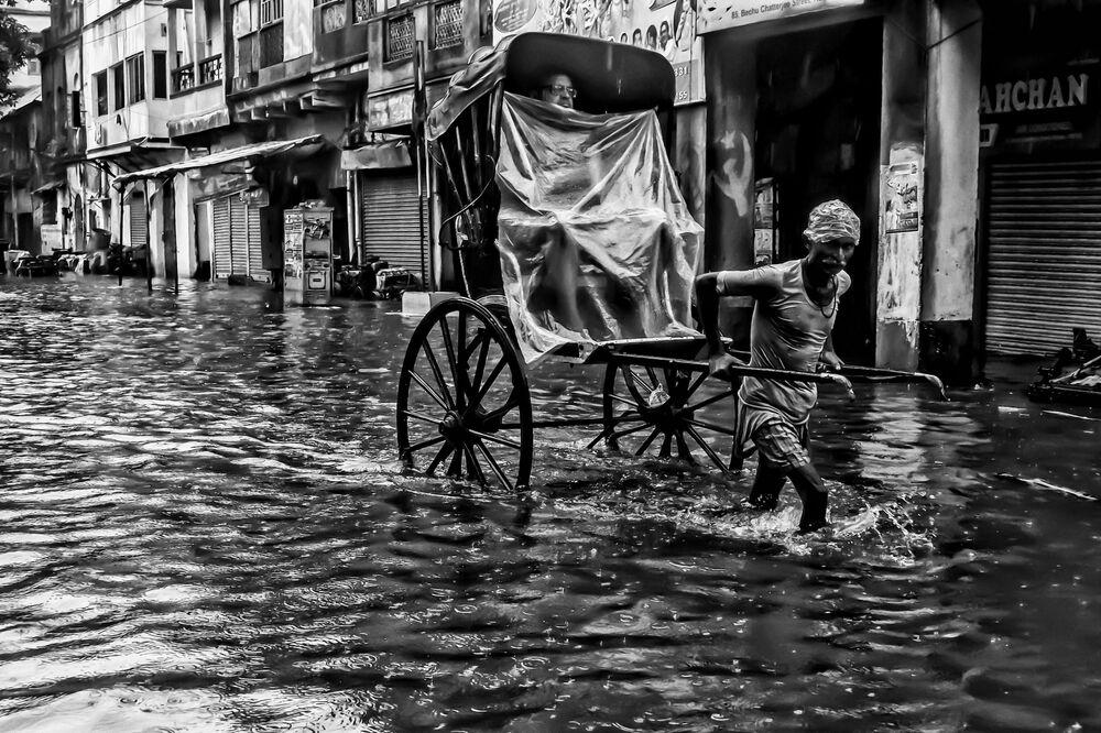 حياة المدينة تحت الأمطار، للمصور ديارشي موخرجي، الذي دخل في نهائيات مسابقة مصور الطقس لعام 2017
