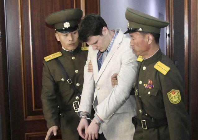 الطالب الأمريكي أوتو بصحبة جنود في كوريا الشمالية