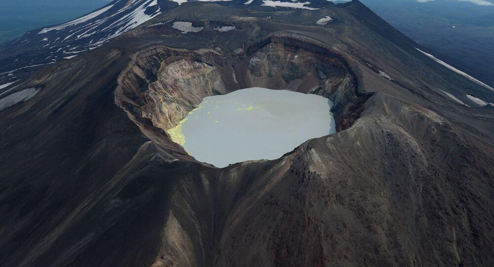 بحيرة ماليي سيمياتشيك ببركان في كامتشاتكا، روسيا
