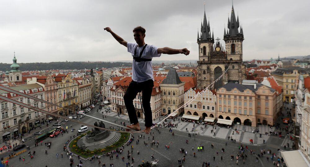 رجل يسير على حبل فوق ساحة المدينة القديمة في براغ، التشيك 25 سبتمبر/ أيلول 2017