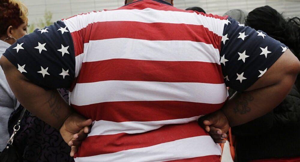 شخص مصاب بالسمنة يلبس رداء العلم الأمريكي