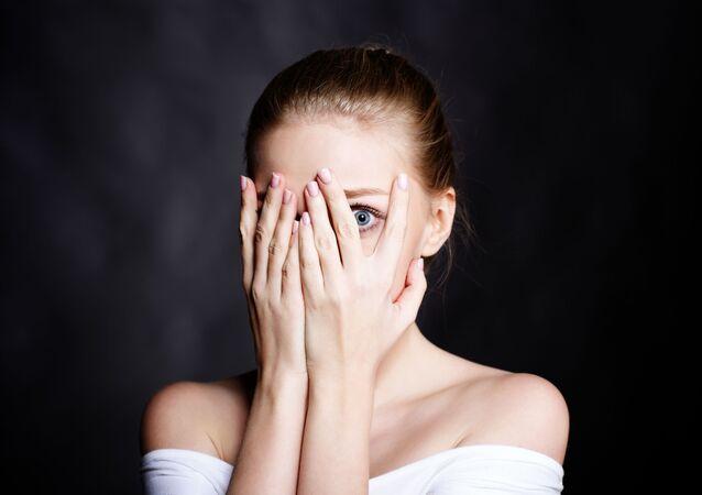 فتاة تغطي وجهها