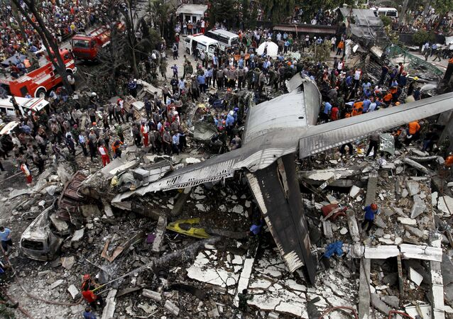 تحطم طائرة عسكرية في إندونيسيا