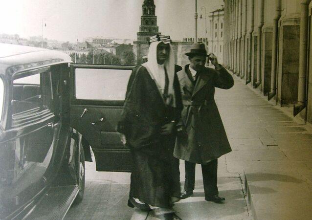 Советский дипломат Карим Хакимов сопровождает во время визита в Москву саудовского принца Фейсала ибн Абдель Азиз ас-Сауд, 1932 год