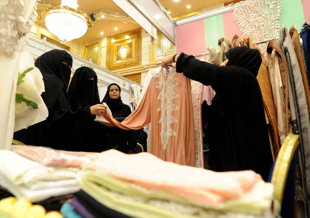 نساء سعوديات في متجر للأزياء التقليدية في منتجع ميناء البحر الأحمر، جدة، السعودية  20 يناير/ كانون الثاني 2016