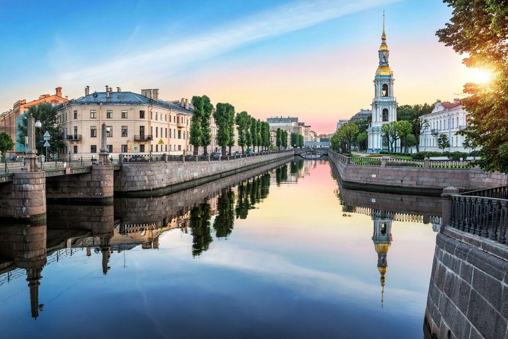 جسر بيكالوف وبرج الجرس لكتدرائية القديس نيكولاي في سان بطرسبورغ، روسيا