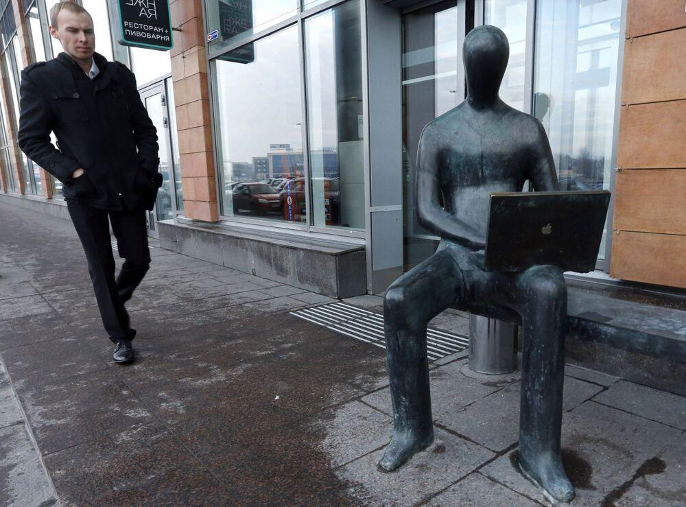 تمثال لإداري بالقرب من ضفة أبتكارسكايا، سان بطرسبورغ، روسيا