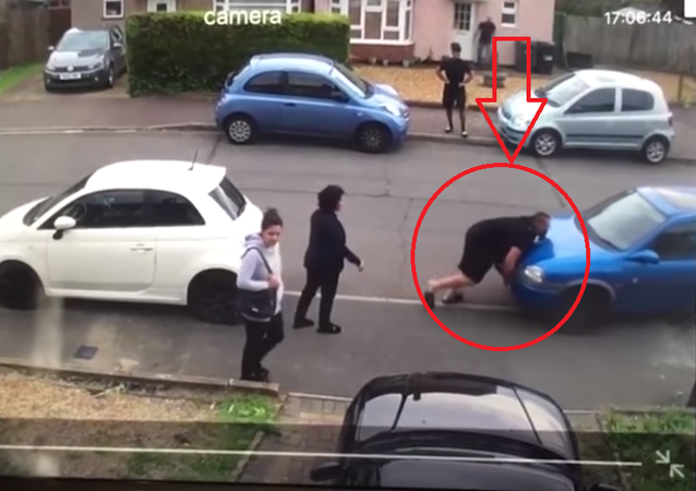 هالك التركي يزيح سيارة جاره بيديه