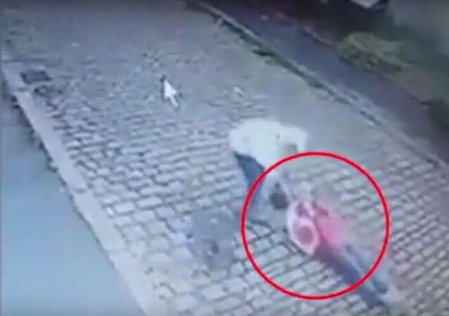شاب يعتدي على سيدة عجوز بوحشية