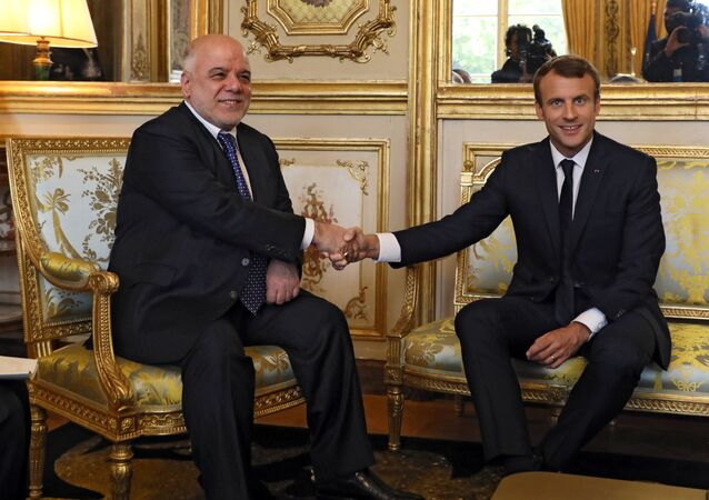الرئيس الفرنسي إيمانويل ماكرون ورئيس وزراء العراق حيدر العبادي