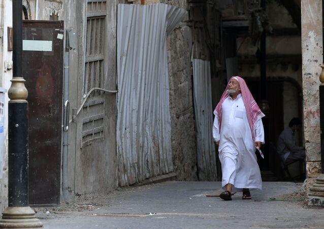 رجل يمر في إحدى شوارع مدينة الجدة، المملكة العربية السعودية