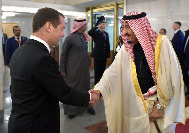 العاهل السعودية الملك سلمان بن عبدالعزيز آل سعود ورئيس الوزراء الروسي دميتري مدفيديف، موسكو، روسيا