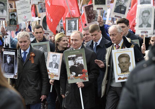 الرئيس فلاديمير بوتين أثناء مشاركته المواطنين لمسيرة الفوج الخالد في الذكرى الـ 72 لعيد النصر في الحرب الوطنية العظمى على الساحة الحمراء في موسكو، روسيا 9 مايو/ أيار 2017