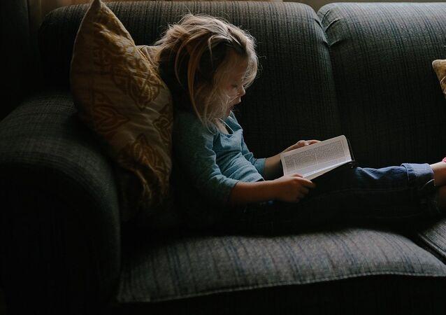 علماء يكشفون أسباب صعوبة القراءة عند الأطفال