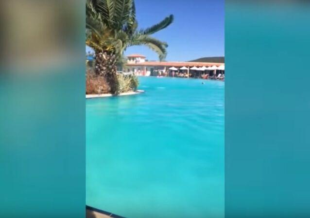 إعصار يضرب حوض سباحة في منتجع باليونان