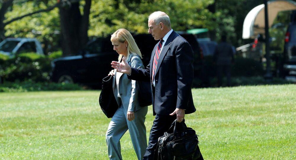 نائبة  رئيس موظفي البيت الأبيض كيرستجين نيلسن بجوار جون كيري كبير موظفي البيت الأبيض