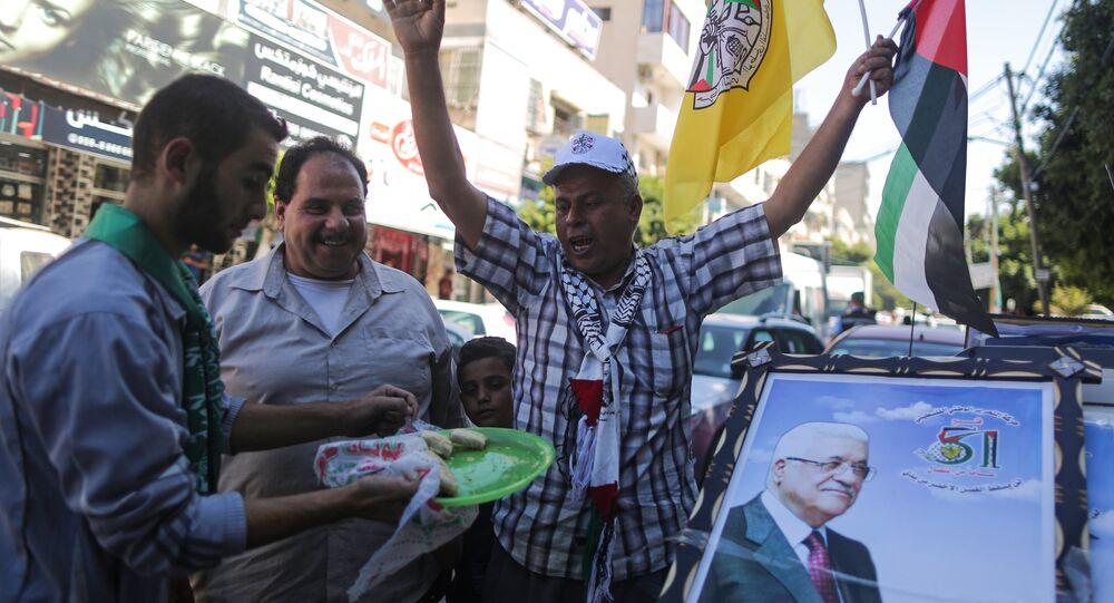 أنصار حركتي فتح وحماس يخرجون إلى شوارع غزة فرحا بتوقيع اتفاق المصالحة في القاهرة، قطاع غزة، فلسطين 12 أكتوبر/ تشرين الأول 2017