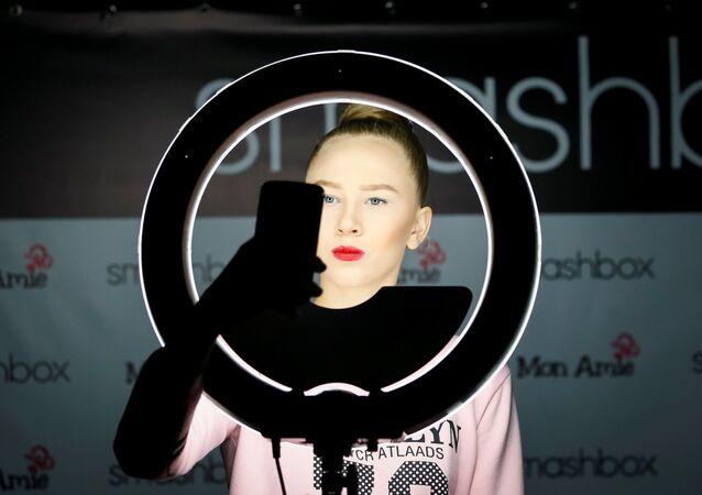 عارضة أزياء تلتقط صورة سيلفي وراء الكواليس، خلال عرض أسبوع الموضة في ألماتي، كازاخستان 11 أكتوبر/ تشرين الأول 2017