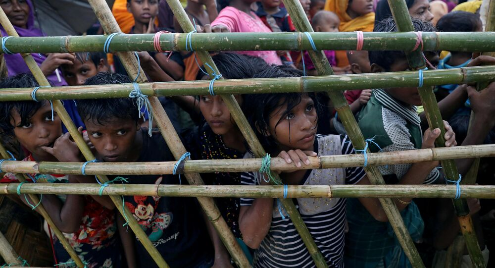 لاجئو الروهينغا ينتظرون تلقي المساعدات الإنسانية في مخيم للاجئين في كوكس بازار، بنغلادش 8 أكتوبر/ تشرين الأول 2017