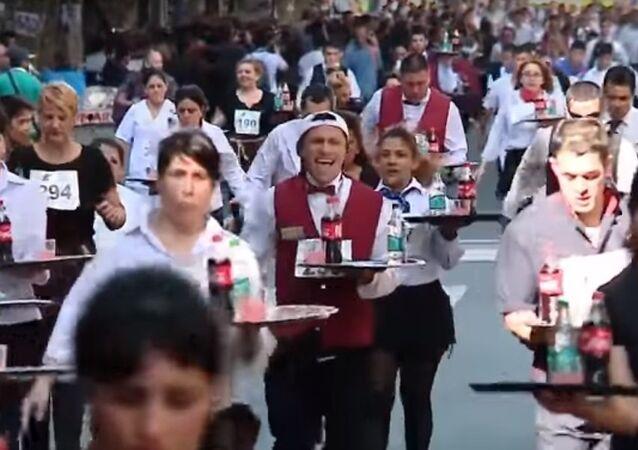 مسابقة أسرع نادل في العاصمة بوينس آيرس (فيديو)