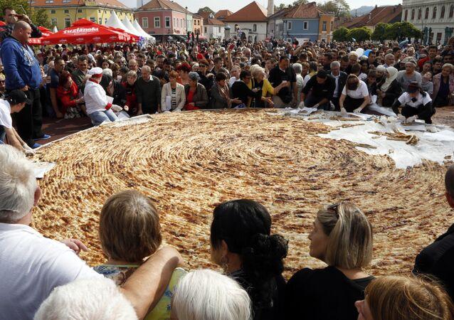 طهاة في البوسنا يصنعون أكبر فطيرة بوريك في العالم لتدخل موسوعة غينيس