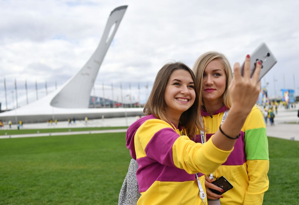 المشاركات في افتتاح الدورة الـ 19 لمهرجان الشباب والطلبة العالمي في مدينة سوتشي، روسيا