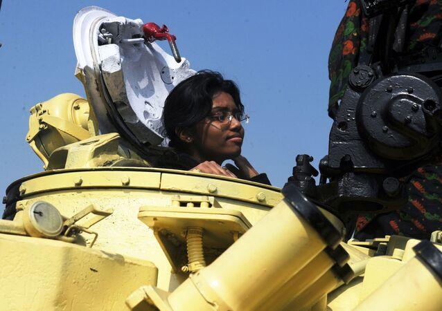 فتاة داخل الدبابة الروسية تي-72 في معرض لسلاح الجيش الهندي في كلكتا، الهند