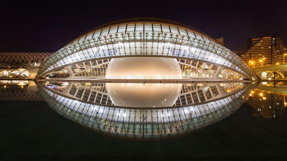 مبنى السينما  L'Hemisfèric في فالنسيا، إسبانيا