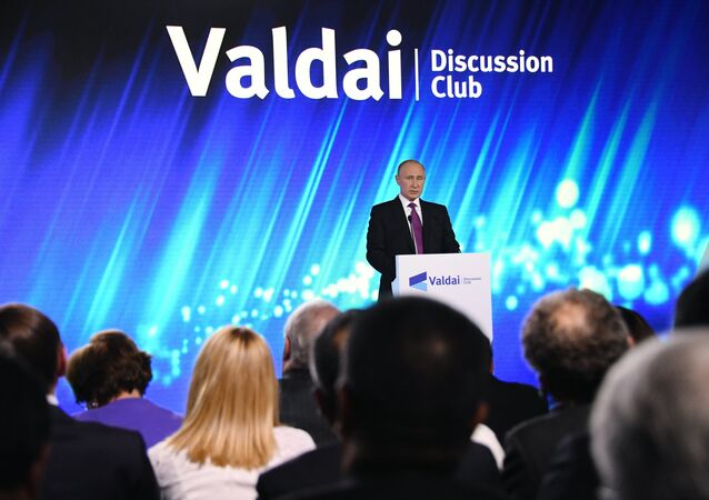 الرئيس الروسي فلاديمير بوتين يلقي كلمة في منتدى فالداي الدولي