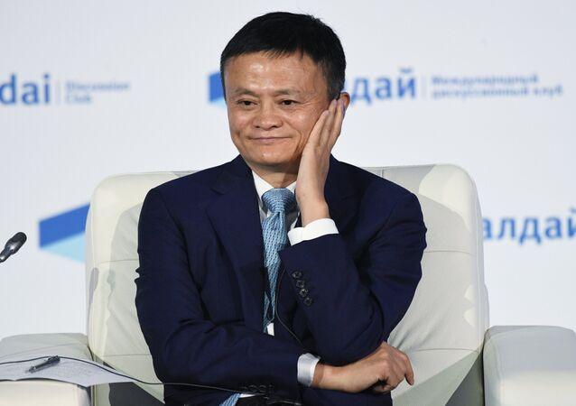 مدير الشركة الصينية مجموعة علي بابا، جاك ما، يلقي كلمة في منتدى فالداي الدولي