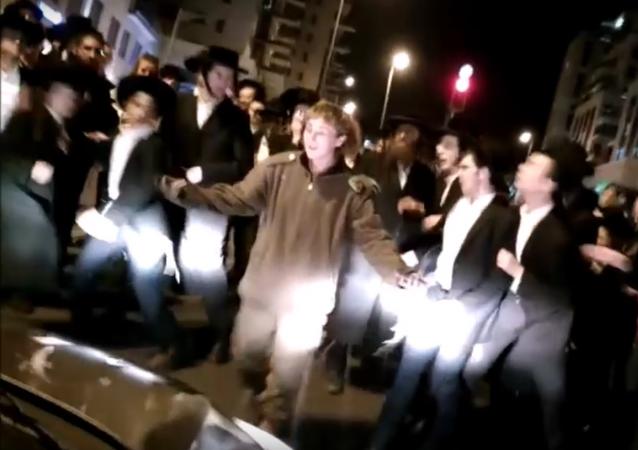 جندية إسرائيلية تطرد مجموعة متدينين يهود